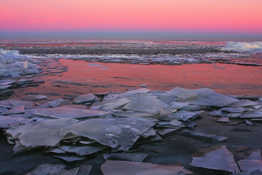 Zonsopgang in Marken op  9 januari 2009 (foto uit het Jubileumboek van de VAN)  Walter Hollenkamp © BDU media