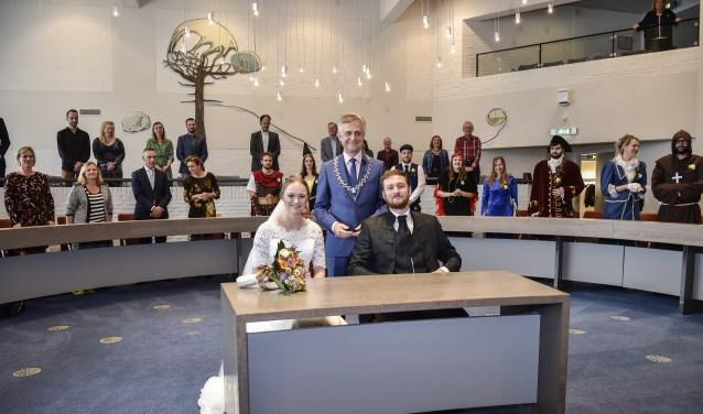 Ook bij huwelijken, zoals tussen Dennis ter Beek (D66) en Elske Suijkerbuijk (GroenLinks) staat burgemeester tussen en boven de partijen.