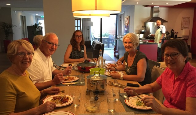 Aan tafel bij hospice Kromme Rijnstreek in Houten met zorgvrijwilligers, verpleegkundige en (verdekt opgesteld) twee gasten en kookvrijwilligers Jan Laval (links) en Henk (rechts).