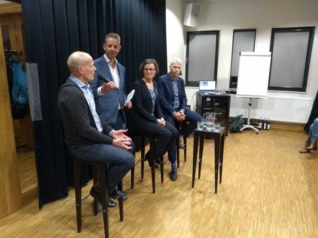 Presentator Kees Hoogendijk voelt binnenstadondernemer Walrick Halewijn aan de tand. Josja Veraart (Natuur- en Milieufederatie Utrecht) en wethouder Hans Buijtelaar luisteren aandachtig.