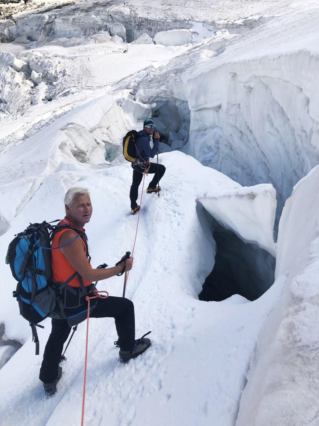 De tocht was niet van gevaar ontbloot: gaten en gletsjer spleten konden bedekt zijn met verse sneeuw. Wim Jacobs © BDU media
