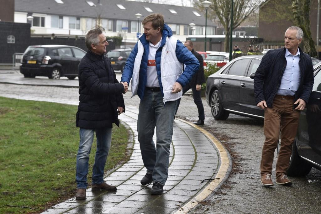 Handen schudden met Koning Willem Alexander die komt klussen op de kinderboerderij. Jaap van den Broek © BDU media