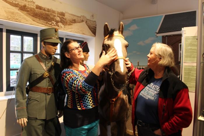 Edese Koplopers Inclusie Marja de Putter en Yvonne van Geel bezoeken De Smederij in de Week van de Toegankelijkheid. Ben Kolster/PMHE. © BDU Media