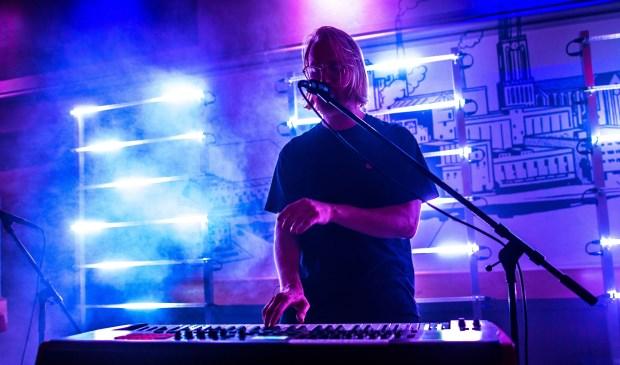 MONTBLANK zanger Rienk tijdens een optreden met de portable lichtsets op de achtergrond