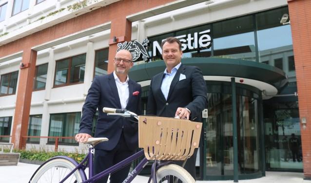 CEO Nestlé Nederland Fabrice Favero (rechts) met Daniel Schneider, BEO Nespresso. en een fiets gemaakt van koffiecapsules.