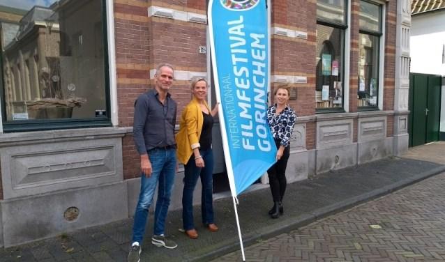Vlnr Jan Ottevanger, penningmeester IFFG, Marjan Versluis, fractieassistent Democraten Gorinchem en Anika van der kevie, festivaldirecteur IFFG.