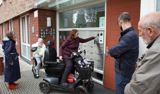 Wilma Tingelaar demonstreert het gebruik van de aangepaste deurontsluiting.