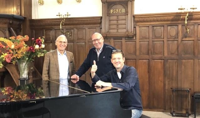 (v.l.n.r.) Jan Sinoo, Kees Jansma en Peter Beets verheugen zich op een boeiend concert in de Maartenskerk.