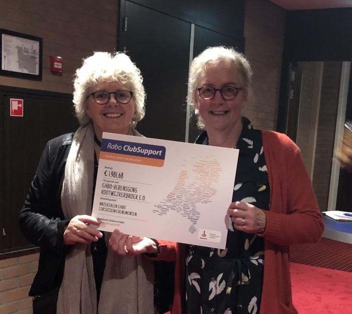 Betsy Schouten en Mariet Morren nemen de cheque in ontvangst