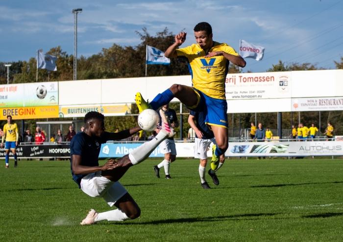 Jonathan Martina in luchtgevecht om de bal in de eerste helft van de wedstrijd