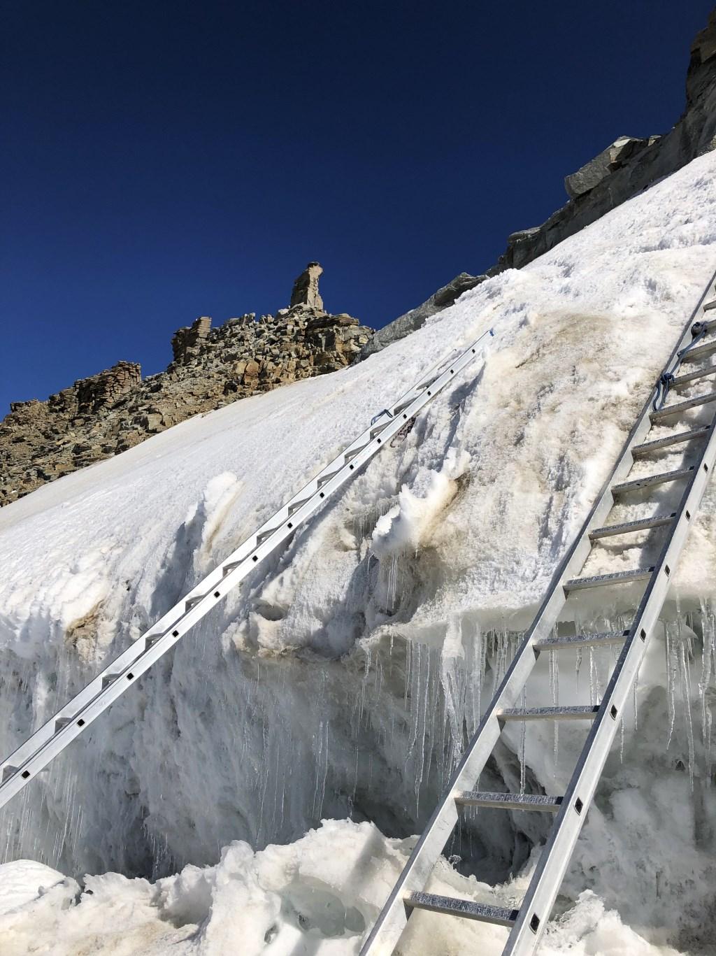 Sommige gletsjer spleten konden alleen genomen worden omdat er aluminium trappen over heen gelegd waren. Wim Jacobs © BDU media