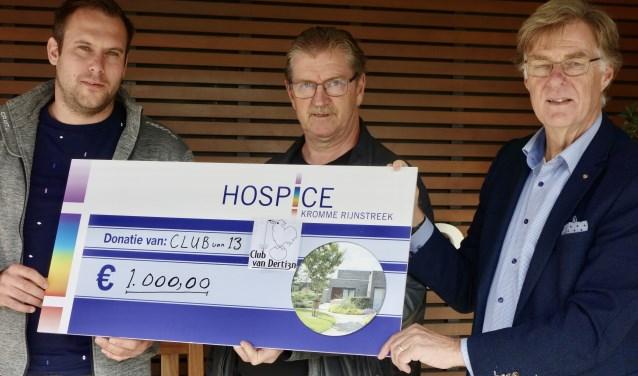 Jan Mijndert Pater en Sander Verkerk de cheque van € 1.000,00 aan Freek Kuiper, de voorzitter van de Stichting Vrienden van het Hospice Kromme Rijnstreek.