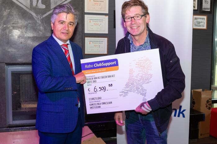 Directievoorzitter van Rabobank Amstel en Vecht Ugur Pekdemir overhandigt de cheque aan Robbert Eysink Smeets van St. Amstelbad.