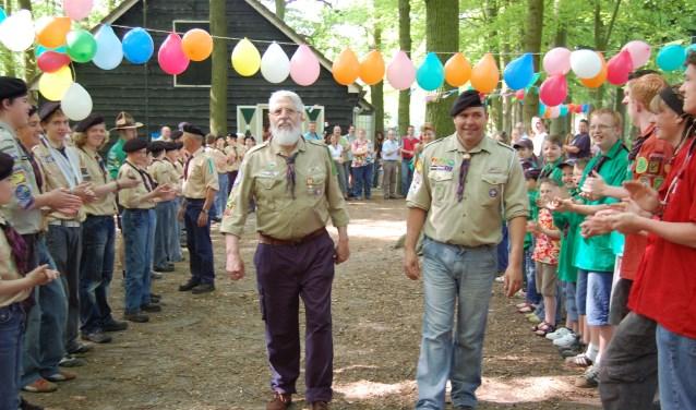 Jan van Elst (links) en huidige hopman Wim Sangers tijdens een bijeenkomst van Scouting Scherpenzeel.