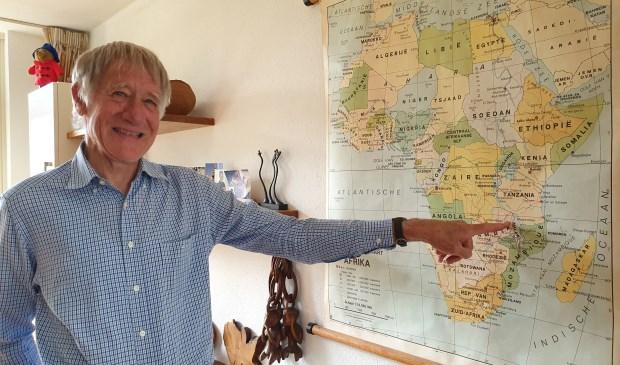 Jan wijst op de kaart hun woonplaats in Zambia aan. Hij werkte daar 27 maanden en zijn eerste kind werd daar geboren.