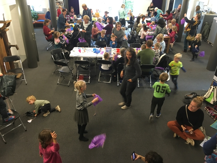 Voorleesfeest waar n.a.v. het boek Tim op de tegels zo'n 60 kinderen een parachute maakten De bibliotheek © BDU media