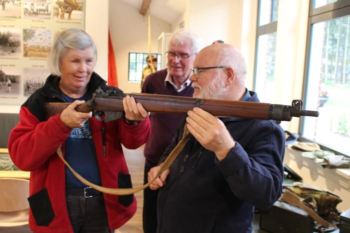 Yvonne van Geel krijgt wapenles van Platformleden Gerrit Hammink en André Hartgers.