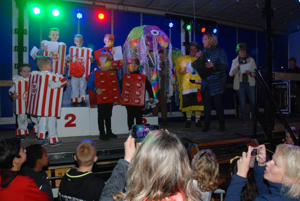 Burgemeester Petra Doornenbal reikt de prijzen uit aan de individuele deelnemers. Adriaan Hosang © BDU media