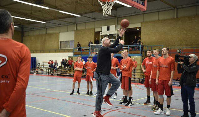 NBA-legende in Sporthal Beukendal. De 69-jarige Swen Nater vertelt, legt uit en doet het voor. De NOS registreert.