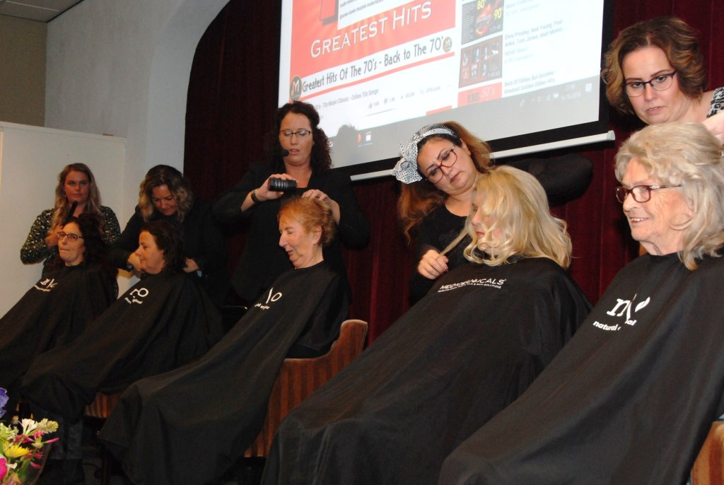 Kapsters van Hairdreamz leggen de laatste hand aan de kapsels van Passage leden. Adriaan Hosang © BDU media