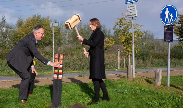 De eerste paal gaat de grond in voor het Wandelroutenetwerk Kromme Rijnstreek