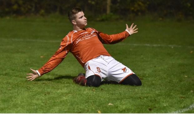 Doelpunt! Leroy Voskuilen viert een van zijn drie doelpunten.