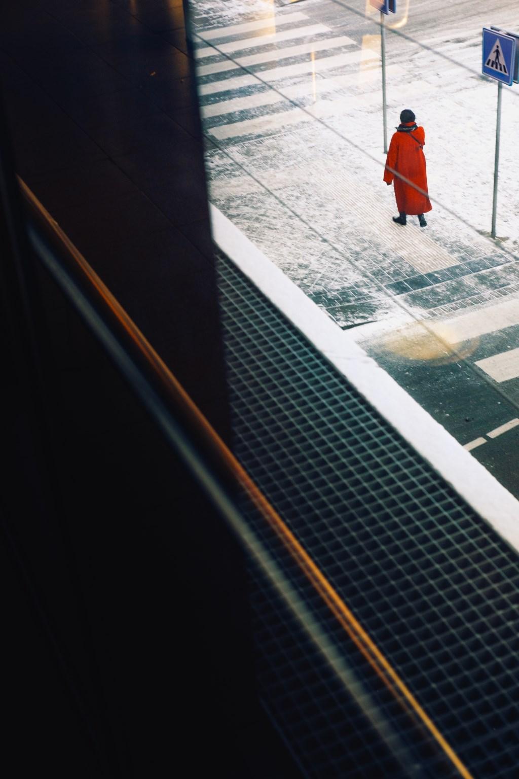Woman in Red, Amsterdam Airport Schiphol. Bas Hordijk © BDU media