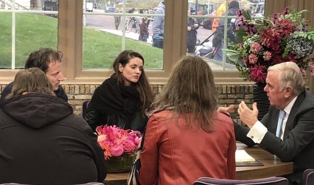 De Leersumse Anja Henken aan tafel bij Harry Mens.