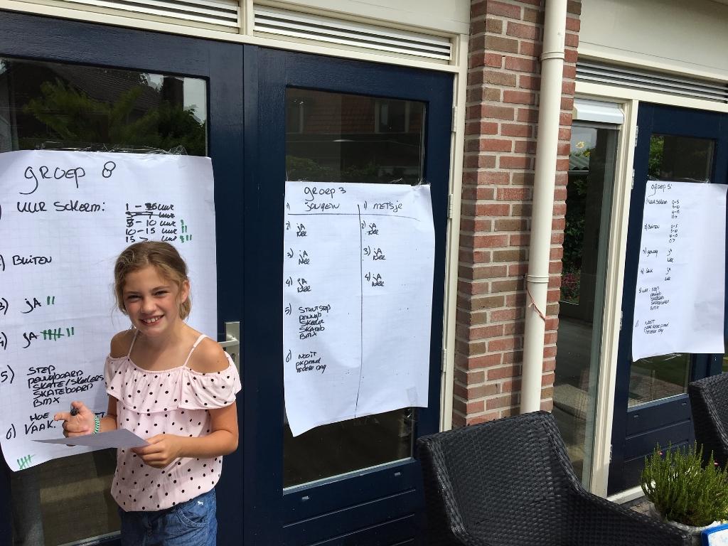 <p>Fleur Olivia (11) werkt de onderzoeksgegevens van de enqu&ecirc;te nader uit (archief okt 2019)</p> Caroline van den Ark © BDU media