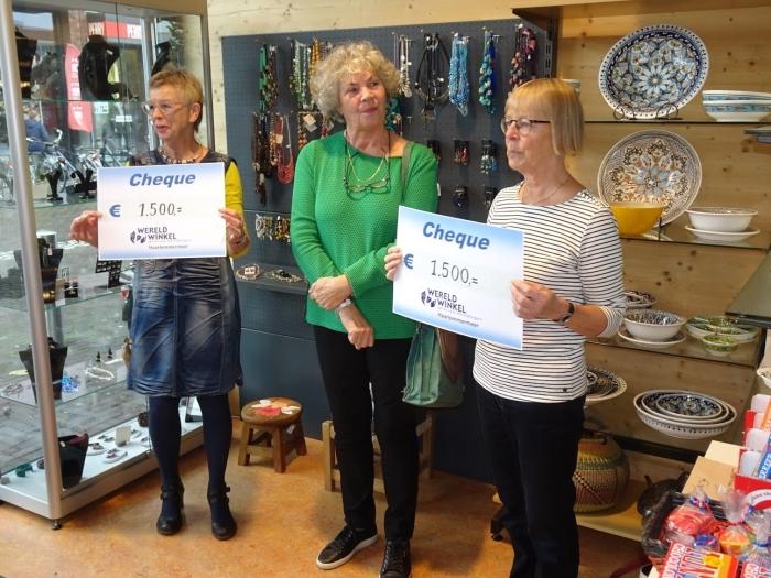 Marina Visschedijk en Klara Dam en Rhodé Tanja met hun cheques in de Hoofddorpse wereldwinkel.
