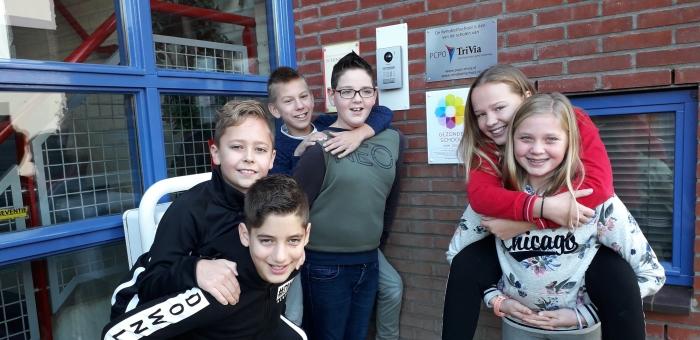 Kinderen van de Rehobothschool bij het nieuwe bordje van de Gezonde School