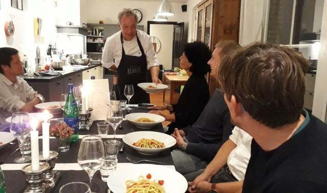 Diederik Wieman serveert zijn Italiaanse gerechten bij de Aanschuiftafel van Soest.