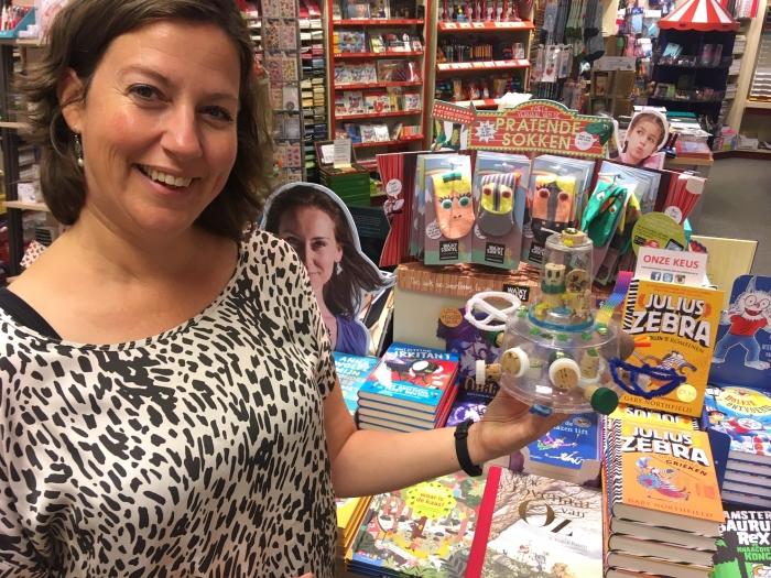 Sonja Nagtegaal van Boekhandel Jaspers met een door de kinderen van de Rietveldschool geknutselde vliegende schotel