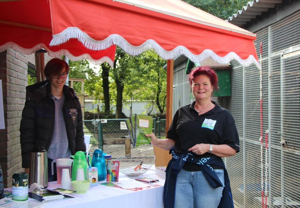 Vrijwilligers Sven en Desiree ontvangen bezoekers bij de vogel- en knaagdierenopvang Marina van Hooft © BDU media