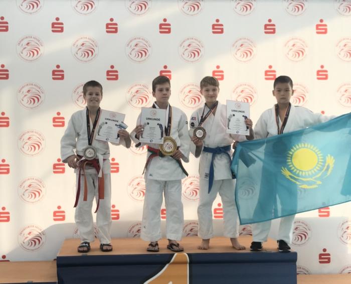Inno Loeber, tweede van rechts, wint brons in Frankfurt