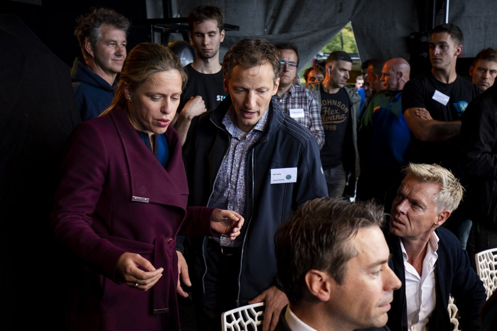 Edenaar Bart Kemp met minister Carola Schouten op het podium in Den Haag.