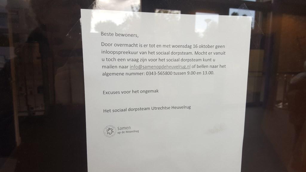 Bezoekers aan het inloopspreekuur liepen de laatste weken tegen dit briefje aan.  Hubert van Zanten © BDU
