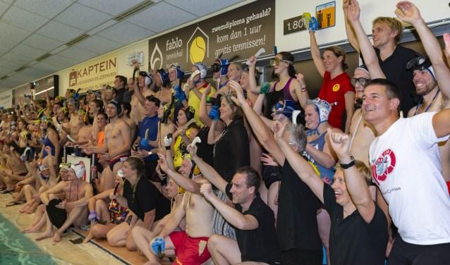 De Heemsteedse Reddingsbrigade heeft 110 deelnemers laten onderwaterhockeyen