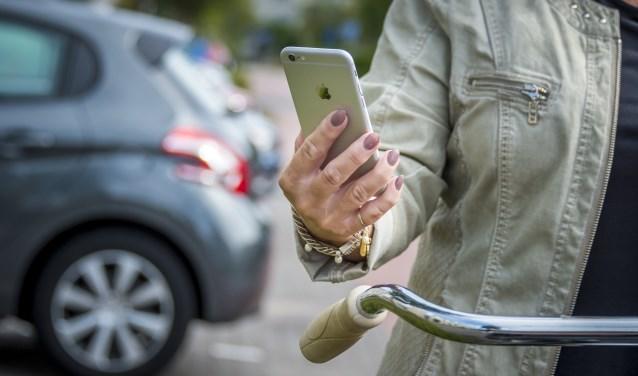 Een fietser neemt al append deel aan het verkeer. Appen op de mobiele telefoon tijdens verkeersdeelname vergroot de kans op ongevallen.