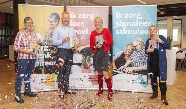 De campagne werd feestelijk gestart. Op de foto midden links Wiko Vlasblom, midden rechts Ineke Oude Boerrigter. Uiterst links en uiterst rechts staan zorgmedewerkers die in de campagne figureren.