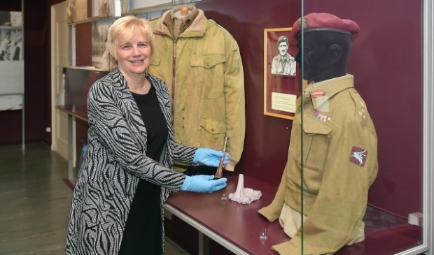 Burgemeester Agnes Schaap helpt bij het inpakken voor de verbouwing van het Airborne Museum. (foto: berrydereusfotografie.nl)