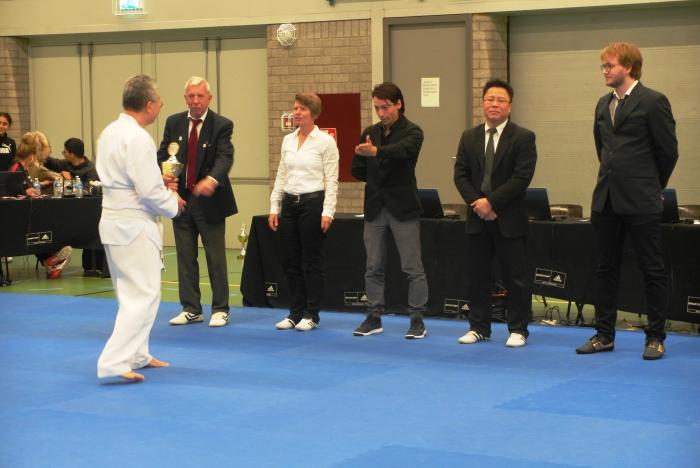 Prijsuitreiking door de NK Taekwondo jury aan Dennis Lee Kong van Choi Do Kwan