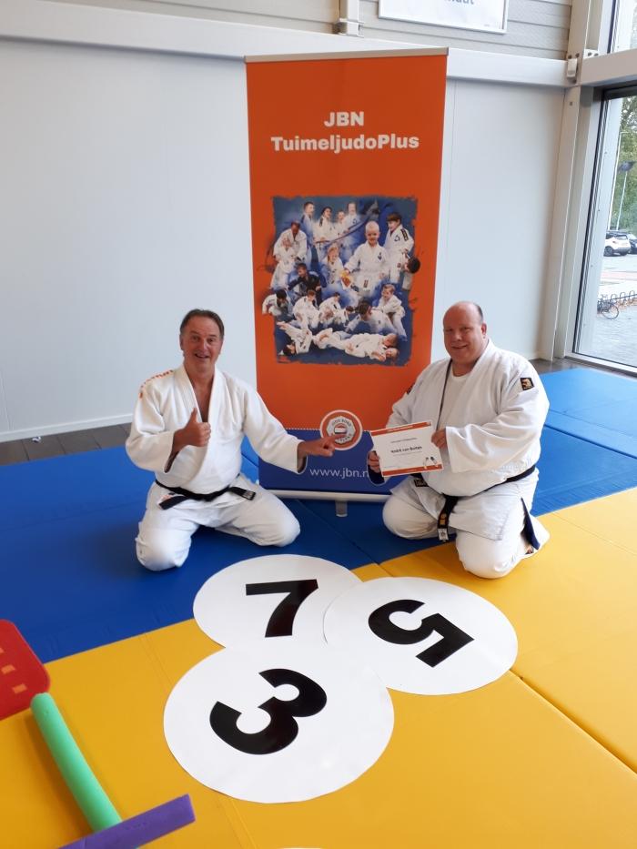 Judoleraar André van Buiten ontvangt  certificaat van Yos Lotens