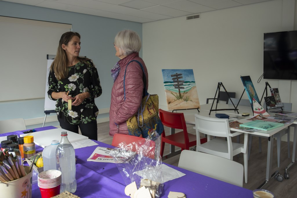 Margaret Sap geeft een schilderworkshop Ellen Toledo © BDU media