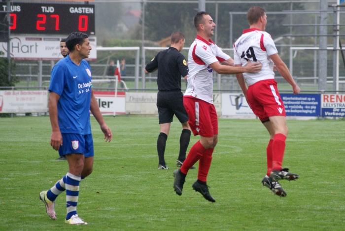 Johan Woltman viert de 1-0 met doelpuntenmaker Danny van den Bout Ronald Tukker © BDU media