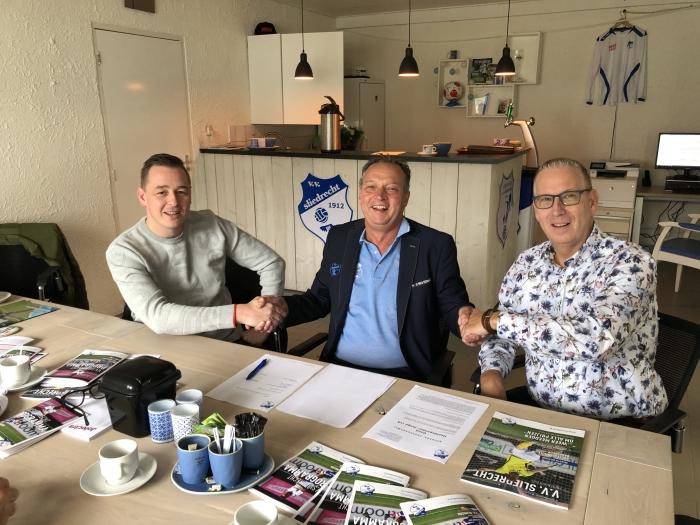 Links Mischa Spruit van De Basis Administratie, in het midden André van Dijk , bestuurslid en lid vd sponsorcommissie vv Sliedrecht en rechts  Wim Batenburg van De Basis Administratie.
