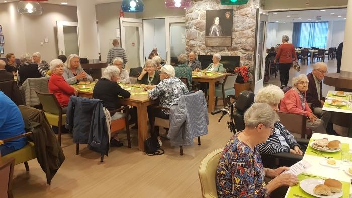 deelnemers ouderenlunch
