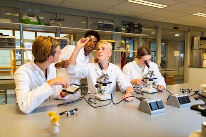 Leerlingen Lyceum Oudehoven tijdens een biologieles