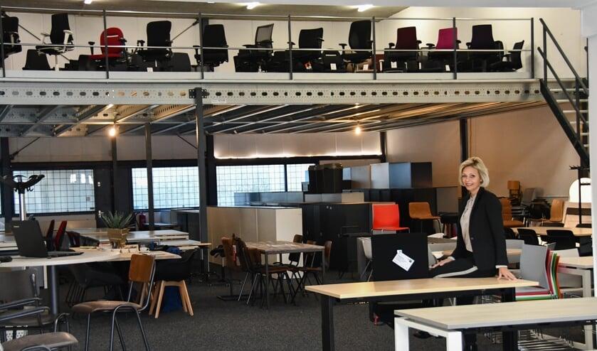Neeke Bakker-Pijlman in de nieuwe vestiging in Amersfoort, met een grote collectie kantoormeubilair.