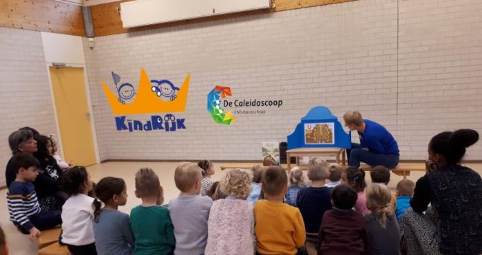 de kinderen van KindRijk en de Caleidoscoop luisteren naar het verhaal